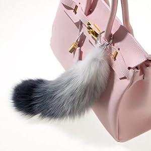 Weiß grau blauer Fuchsschwanz an rosa handtasche