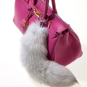 Grauer Fuchsschwanz an pinker Tasche