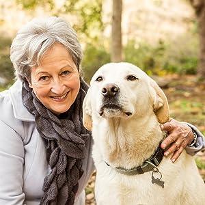 Frau mit glücklichem Hund