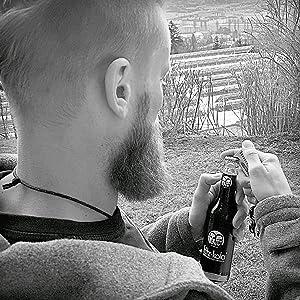 Der Bartkamm mit Flaschenöffner öffnet problemlos Bierflaschen oder andere Getränke mit Kronkorken