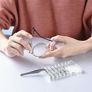 Kit di ricambio per occhiali e orologi.
