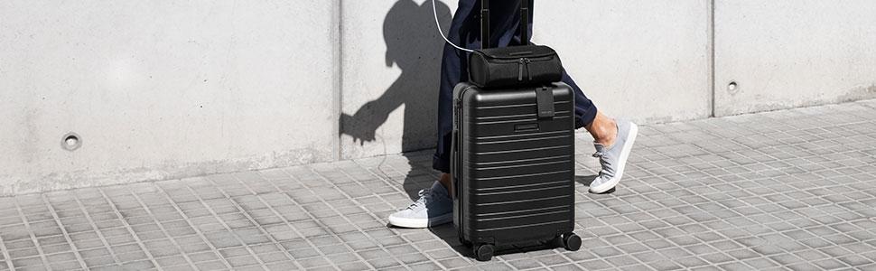 Mann mit Koffer und Top Case Kuturtasche von Horizn Studios