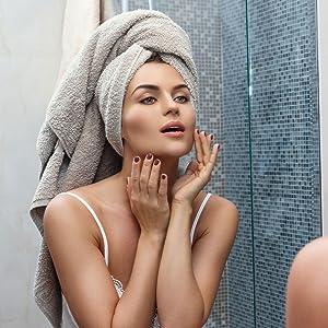 Hyaluron Serum Anwendung Frau Spiegel Gesichtspflege Schönheit Beauty straffe Haut Anti-Falten