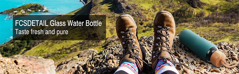 Los escaladores se sentaron en la cima de la montaña con una botella de vidrio.