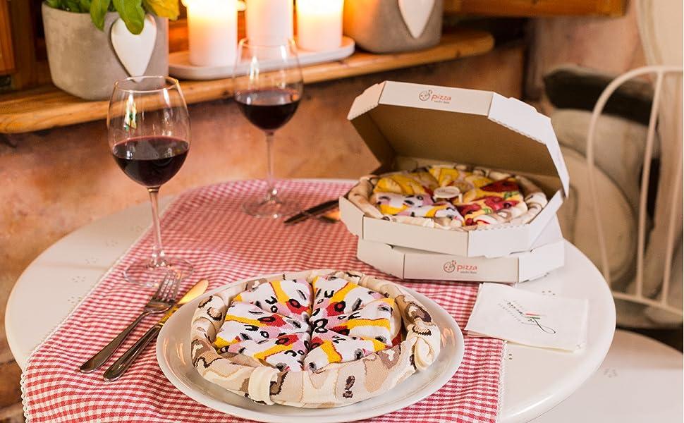 Gracias a los empaques tradicionales en forma de pizza, los calcetines Pizza son un regalo único para todos sus amigos y familia.