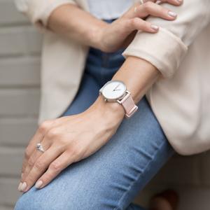 Cambiar las correas del reloj es muy fácil, gracias a los ingeniosos pernos, muy fáciles de quitar. Una vez que hayas quitado los pernos originales, ...