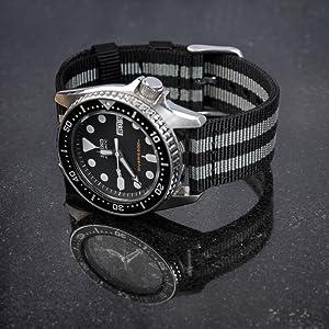 Cambiar nuestras correas de reloj es muy fácil, gracias a las ingeniosas barras de resorte de liberación rápida. Una vez que hayas quitado las barras de ...