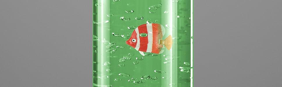 Los peces nadan en la corriente de burbujas mientras la luz LED cambia de color