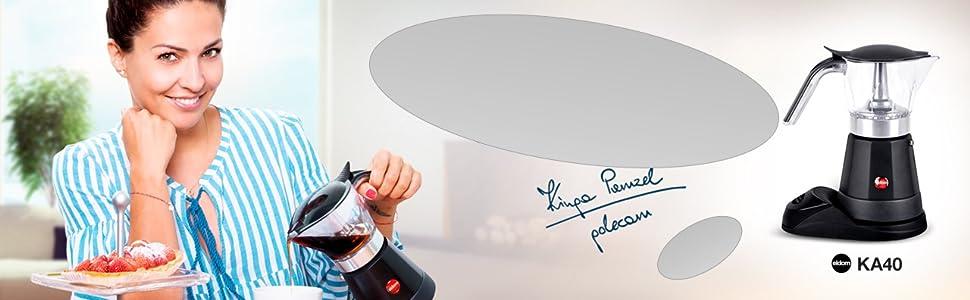 Hermosa modelo presenta un percolador con café preparado