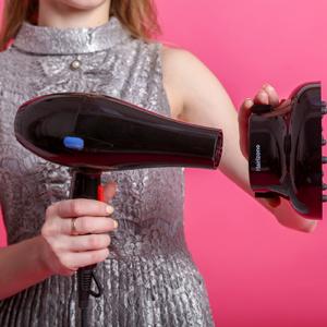 Lave y acondicione su cabello, seque con una toalla primero. 2. Agregue suero o producto anti-frizz como lo desee. 3. Conecte el difusor al extremo de la ...