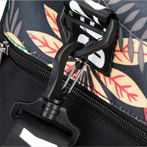 El diseño personalizado de la hebilla, puede ajustar la correa del hombro, que puede colgar de la bolsa de deporte en el hombro izquierdo o derecho.