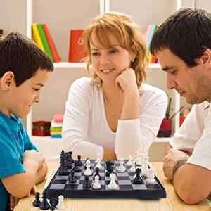1. Limpie suavemente la superficie con un paño seco si hay polvo; 2. Antes de cerrar el tablero de ajedrez, hay que colocar las piezas de ajedrez plano