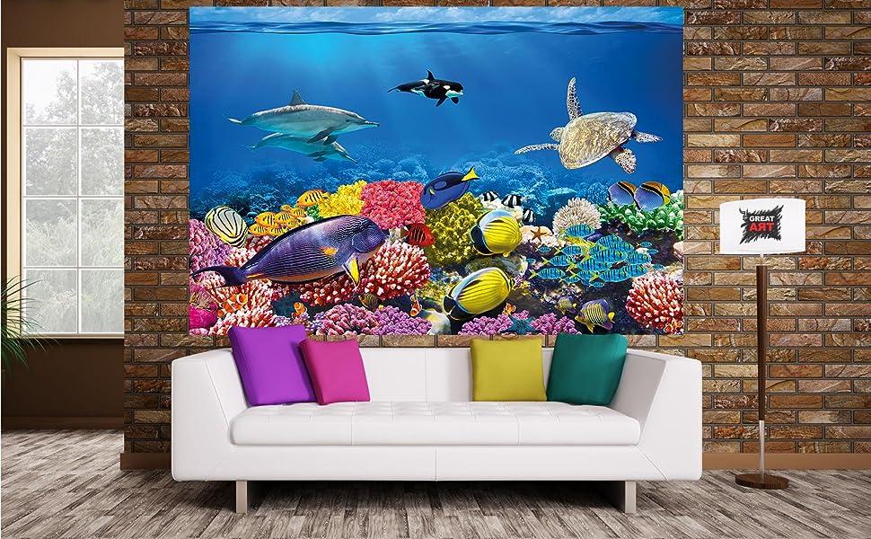 Se pueden observar diversos habitantes marinos: una orca o ballena, 2 delfines, una tortuga y muchos tipos de peces como ...