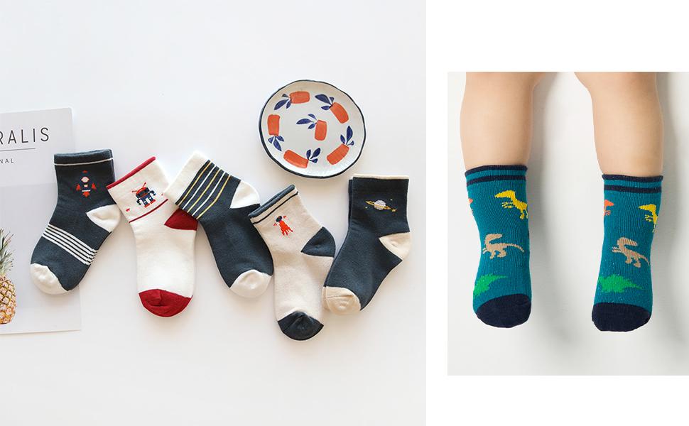 Un niño viste el calcetines tobilleros, 5 pares en distintos colores y estampados divertidos.