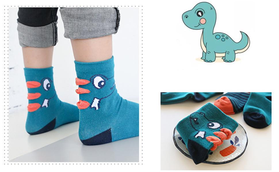 Un chico en calcetín con dinosaurio está de buen humor.