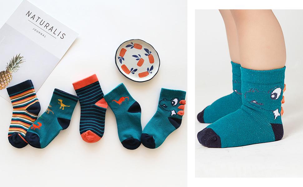 Un niña viste el calcetines de tobillo, 5 pares en distintos colores y estampados divertidos.