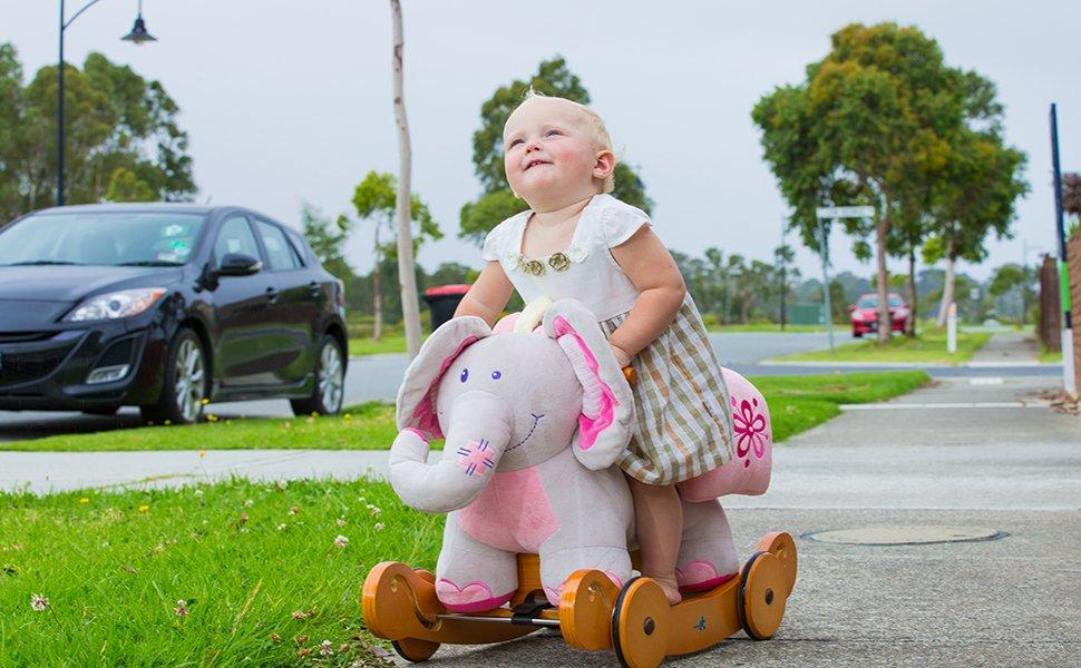 Beneficios de comprar un caballo de balancín para sus hijos El movimiento hacia adelante y hacia atrás de estos balancines de madera y ...