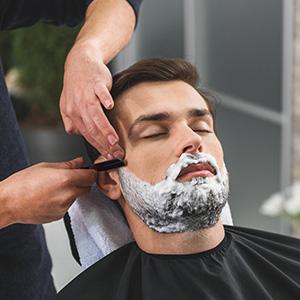 Un cepillo para la barba puede hacer que tu barba sea más suave. Las diferentes longitudes de las cerdas de cepillo levantan la barba de la piel.