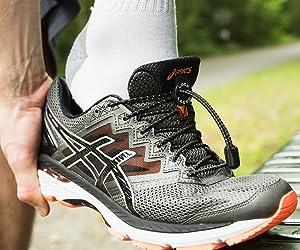 Con los LOCK LACES puedes deslizar el pie dentro de cualquier zapatilla y salir andando. Los cordones elásticos se estiran al introducir el pie (de modo que ...