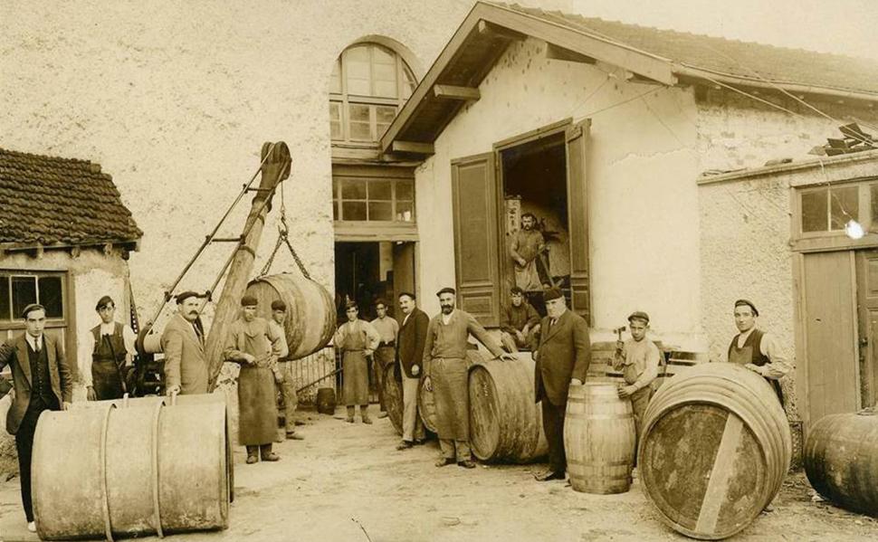 El origen de la destilería, de la que emana el brandy Conde Lumar, se remonta a 1818, aunque los registros escritos más antiguos la datan de 1831, ...