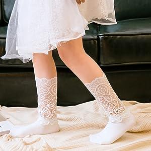 a55539577d963 子供コーデのよくある悩み「なんか靴下があってないわねぇ」を解決。 女の子の大好きなかわいい花とレースを多用した、表情のある織り目が可愛らしさを演出。