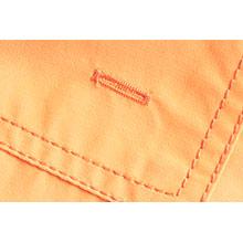 Un'asola in basso alla tasca posteriore del costume da bagno per evacuare meglio l'acqua.