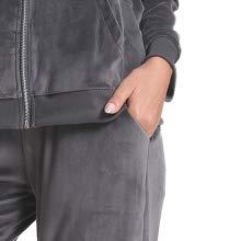 I pantaloni hanno anche due tasche