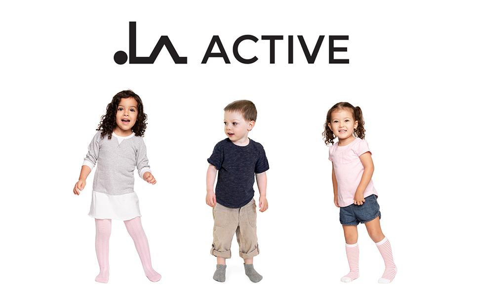 Due neonate e un bambino con calzamaglia aderente, calzini e gambaletti multicolore con impugnatura