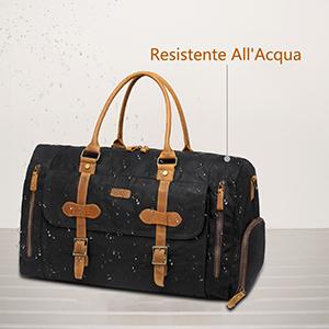 Questa borsa da viaggio è realizzata con cinturini in vera pelle di mucca e  tela cerata resistente all acqua duratura in condizioni naturali che  conferisce ... 7e1727ddc3e