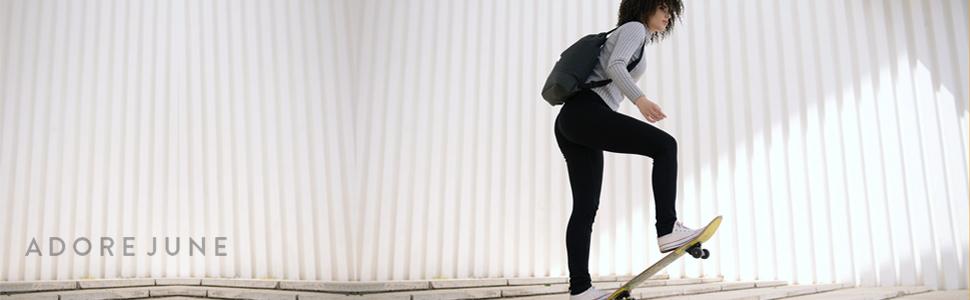 Donna con skateboard e Bob Daypack sulla schiena