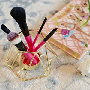 Cute Holder for Your Favourite Brushes