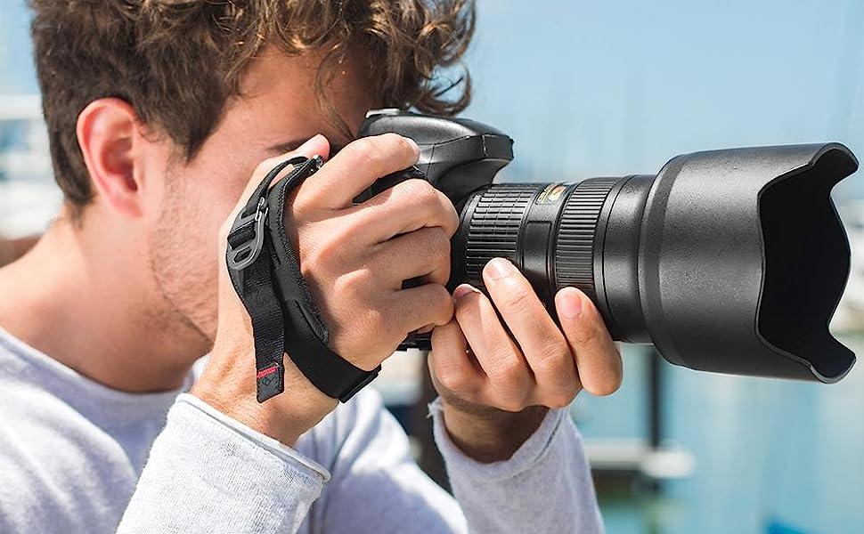 Ly hợp dây đeo tay máy ảnh trên máy ảnh DSLR