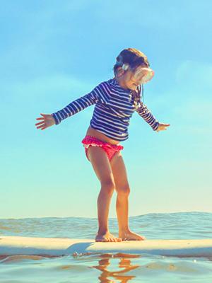 Chicas Rosa Protección Solar UV40 traje de baño y sombrero conjunto Sunsafe Vacaciones Nuevo BNWT