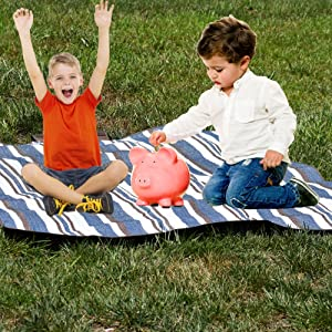 kids injoying a picnic