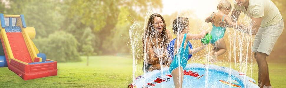 孩子们在夏天玩户外草坪的水洒水垫