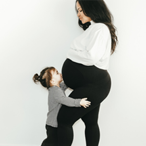 MaternityBellySupportLeggings_Lifestyle_DeepestBlack_3
