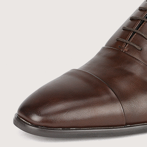 Classic suit shoes with cap toe and traditional lace-up vamp.