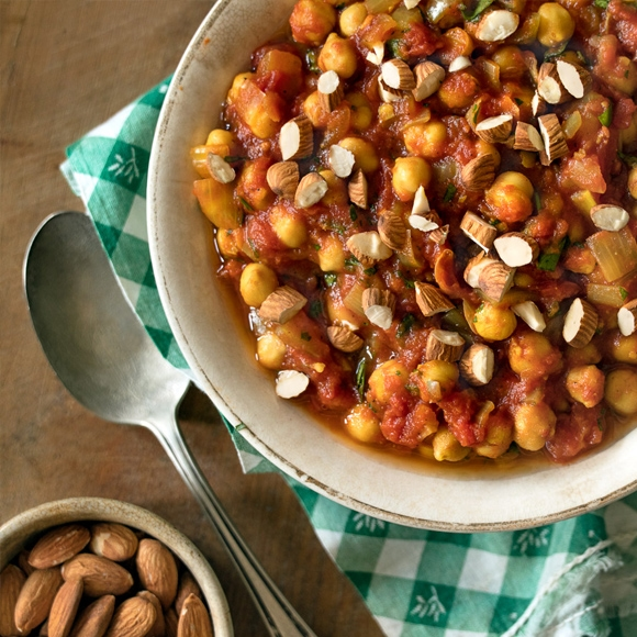 Chickpeas with Moroccan spices in bowl.
