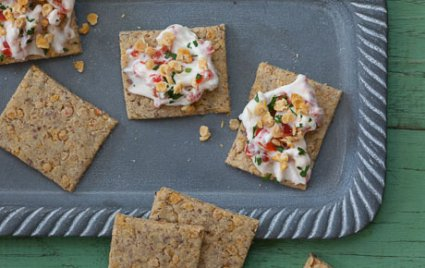Red Lentil Crackers with Spicy Vegan Cream Cheese