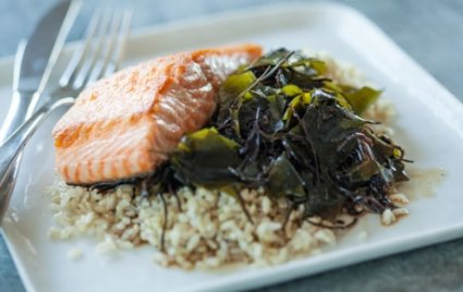 Spicy Seaweed Salad With Brown Rice and Salmon
