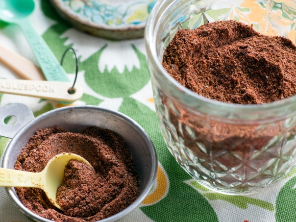 Cocoa powder and measuring spoons