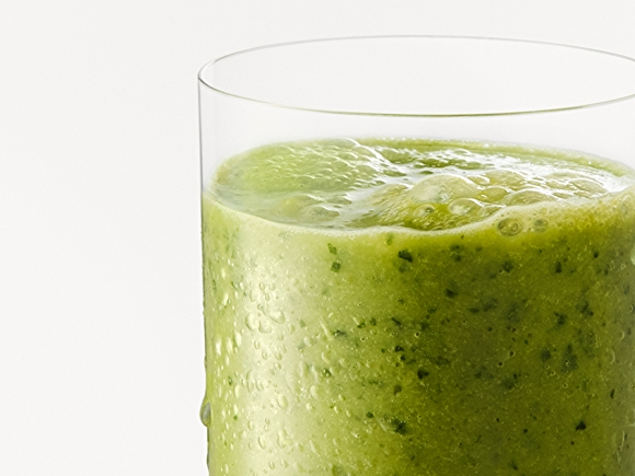 Green smoothie with spinach and kale in glass.
